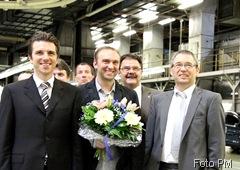 Ford Mitarbeiter Maik Zenner ist der Besitzer des 12. millionsten Autos, ein weißer Focus 12. millionstes Auto