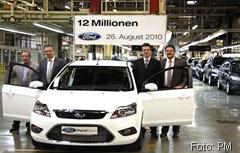 12 Mio. Autos wurden seit 1970 in Saarlouis produziert. Zu den Jubiläumsgästen gehörten Oberbürgermeister Roland Henz (r) und Dr. Christoph Hartmann (zweiter v.r.) Jubiläum 12 Millionen