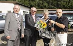 Die beiden District-Manager Aleexander Wegner und Karl Kratzmüllerüberreichten gemeinsam mit Thomas Reiter die Autoschlüssel 5624