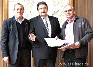 Bürgermeister Klaus Pecina, Oberbürgermeister Roland Henz und Baudezernent Manfred Heyer bi der Pressekonferenz 9993